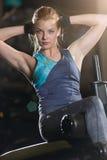 Kvinna som gör styrkaövningar för absmuskler Fotografering för Bildbyråer