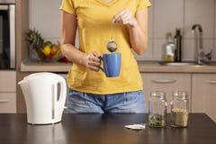 Kvinna som gör te för mintkaramellsidor royaltyfria bilder