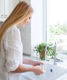 Kvinna som gör tvätten upp Arkivbilder