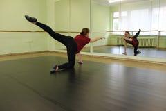 Kvinna som gör uppvärmning i balettkorridoren royaltyfria foton