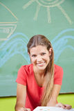 Kvinna som gör utbildning som barnavård Arkivfoton