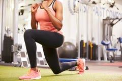 Kvinna som gör utfall i en idrottshall, skörd Royaltyfri Fotografi