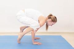 Kvinna som gör yoga Fotografering för Bildbyråer
