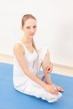 Kvinna som gör yoga Arkivbilder