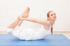 Kvinna som gör yoga Arkivfoto