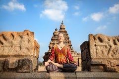 Kvinna som gör yoga i Indien Arkivbild