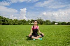 Kvinna som gör yoga i solig dag Royaltyfri Bild