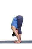 Kvinna som gör yogaasanaen Uttanasana - stående framåt krökning Arkivbilder