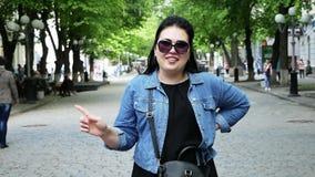 Kvinna som g?r en gest ett inget tecken Rolig flicka som lyfter fingret upp att säga oj inte stock video