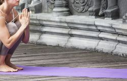 Kvinna som g?r yoga i ?vergiven tempel Outdoore royaltyfria foton
