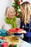 Kvinna som ger den höga gåvan för jul Arkivfoton