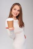 Kvinna som ger den pappers- koppen fotografering för bildbyråer