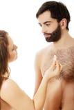 Kvinna som ger en kondom till hennes man Arkivfoto
