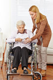 Kvinna som ger exponeringsglas till pensionären Arkivbild