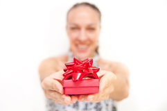 Kvinna som ger gåva Arkivbilder