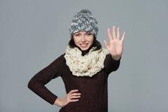 Kvinna som ger gest för höjdpunkt fem Royaltyfri Bild