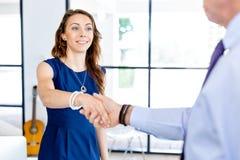 Kvinna som ger handskakningen efter överenskommelse Arkivbild