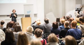 Kvinna som ger presentation i hörsal på universitetet fotografering för bildbyråer