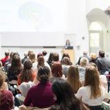Kvinna som ger presentation i hörsal på universitetet Royaltyfria Foton