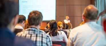 Kvinna som ger presentation på affärskonferens arkivfoto