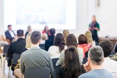 Kvinna som ger presentation på affärskonferens royaltyfri foto
