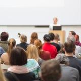 Kvinna som ger presentation på affärskonferens arkivbild
