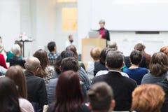 Kvinna som ger presentation på affärskonferens arkivfoton