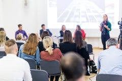 Kvinna som ger presentation på seminarium för affärskonferens arkivbild