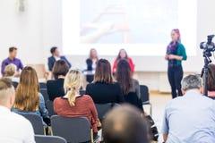 Kvinna som ger presentation på seminarium för affärskonferens fotografering för bildbyråer