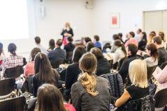 Kvinna som ger presentation på seminarium för affärskonferens royaltyfri fotografi