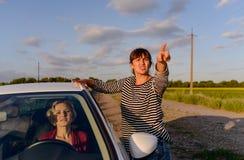 Kvinna som ger riktningar till en borttappad chaufför Arkivfoto