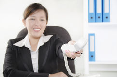 Kvinna som ger telefonen Fotografering för Bildbyråer