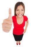Kvinna som ger tummar upp gest för godkännandehandtecken Royaltyfria Bilder