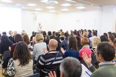 Kvinna som ger växelverkande motivational anförande på egenföretagandeseminariet royaltyfri bild
