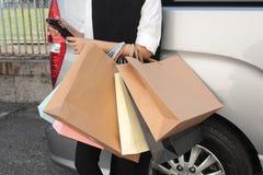 Kvinna som gillas till att shoppa Arkivfoton