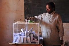 Kvinna som gjuter hennes sluten omröstning Royaltyfria Bilder