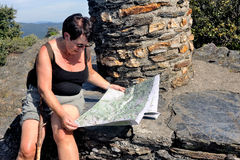 Kvinna som gör att fotvandra i den Cevennes nationalparken Arkivbild