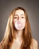 Kvinna som gör en bubbla Royaltyfri Foto