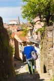 Kvinna som går på den gamla lappade gatan Royaltyfri Fotografi