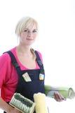 Kvinna som gör wallpapering Arkivbild