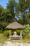 Kvinna som gör yogameditation i tropisk gazebo Arkivfoton