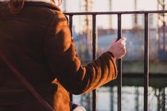 Kvinna som griper ett staket vid en kanal Arkivbild
