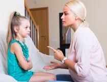 Kvinna som grälar på den lilla dottern Arkivbild
