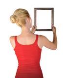 Kvinna som hänger den blanka konstramen Royaltyfri Fotografi