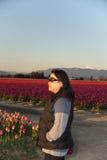 Kvinna som håller ögonen på solnedgången royaltyfria foton