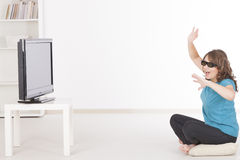 Kvinna som håller ögonen på TV:N 3D i exponeringsglas Arkivbilder