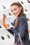 Kvinna som håller den bruna läderskon royaltyfria bilder
