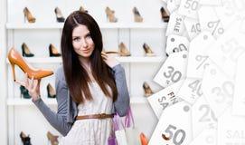Kvinna som håller den stilfulla pumpen på säsongsbetonad försäljning royaltyfri bild