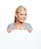 Kvinna som håller det enorma arket av papper fotografering för bildbyråer
