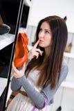 Kvinna som håller en pump på shoppa arkivbilder